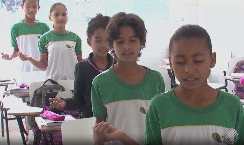 Alunos participam de oração em sala de aula. (Imagem: G1)