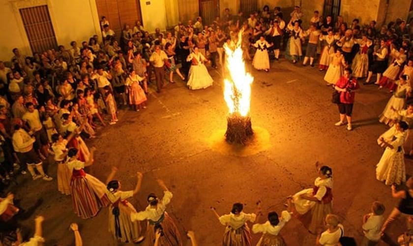 Com características pagãs, a Fête de Saint-Jean é comemorada na França. (Foto: Reprodução)