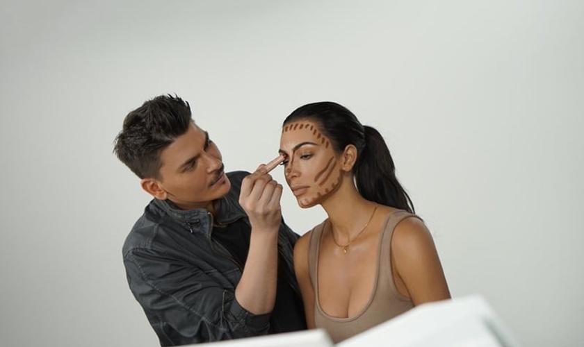 Kim Kardashian dá uma aula de como fazer o contorno facial. (Foto: Divulgação/KKW Beauty)