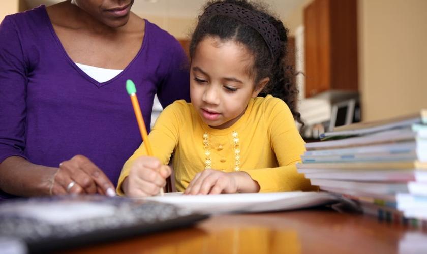 O homeschooling é praticado por 3.200 famílias brasileiras. (Foto: Reprodução)