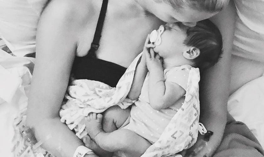 Kimberly e sua filha, Vaida, após o parto que aconteceu em agosto. (Foto: Reprodução)