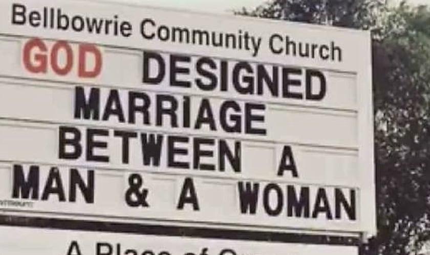 """""""Deus criou o casamento entre um homem e uma mulher"""", dizia a placa do lado de fora da Igreja da Comunidade Bellbowrie, em Brisbane, Austrália. (Foto: Daily Mail)"""