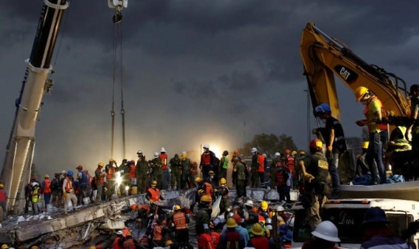 Resgatistas trabalham na operação de resgate em escombros na Cidade do México. (Foto: Carlos Jasso/Reuters)