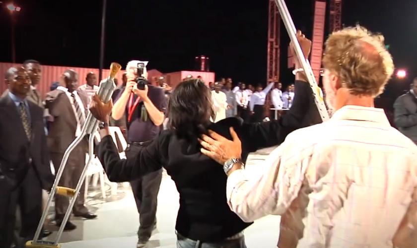 Mulher deixou muletas após receber oração de evangelista Daniel Kolenda. (Foto: Reprodução/Facebook)
