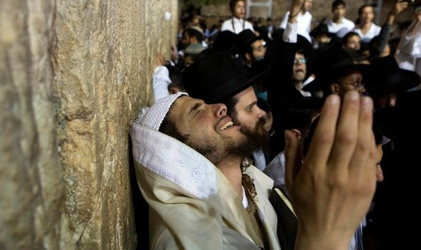 Judeu em momento de oração no Muro das Lamentações, em Jerusalém. (Foto: Reuters)