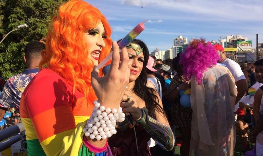Drag queen expõe seringa colorida em referência à 'cura gay', durante parada gay no DF. (Foto: Michel Platini/Arquivo pessoal)