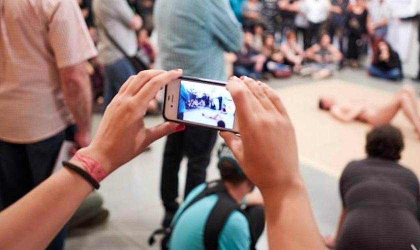 """Artista nu durante a performance """"La bête"""", onde foi tocado por crianças. (Foto: Atraves\\)"""