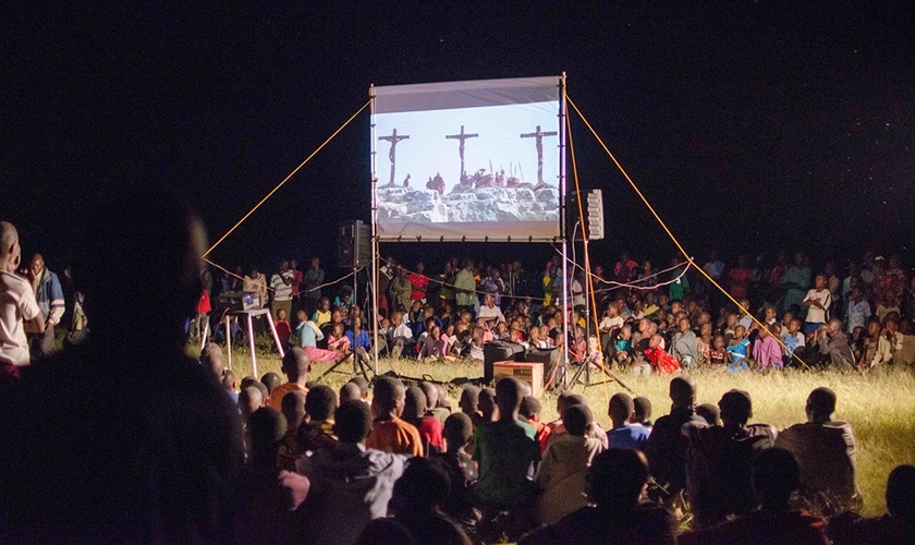 Igrejas foram abertas na aldeia depois que o povoado foi evangelizado por filme. (Foto: Jesus Film Project)