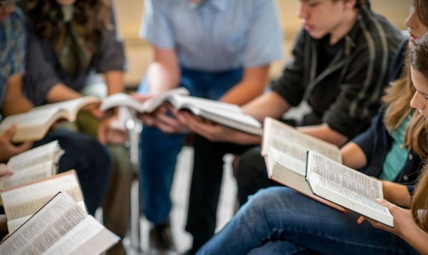 Estudo bíblico. (Foto: northfitzroyadventist.com)