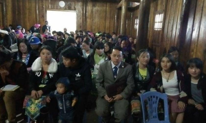 Pastor Ban (de terno) com a congregação de sua aldeia. (Foto: Seb Rumsby).
