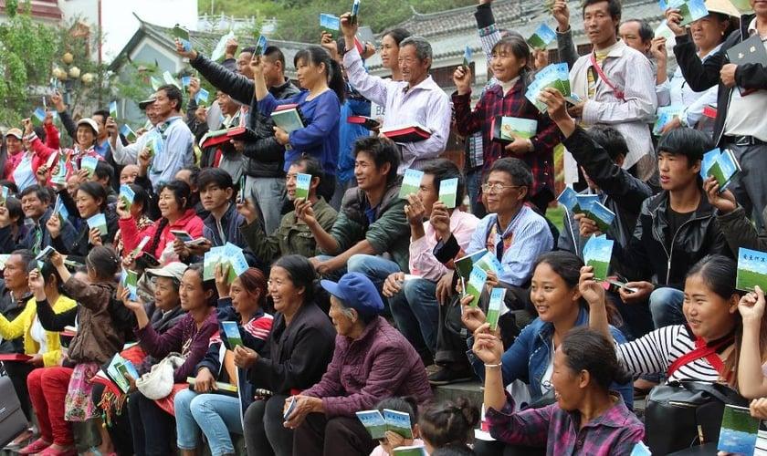 Cristãos de todo o mundo podem ajudar doando Bíblias. (Foto: Bíblias para os Povos).