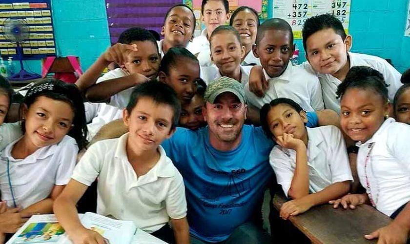 Deus ouviu a oração do diretor e guiou os missionários para a escola. (Foto: Reprodução).