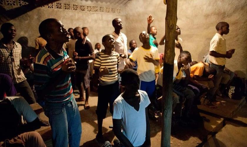 Imagem ilustrativa. Jovens africanos durante noite de oração num pobre vilarejo em Pemba, Moçambique. (Foto: Iris Global)