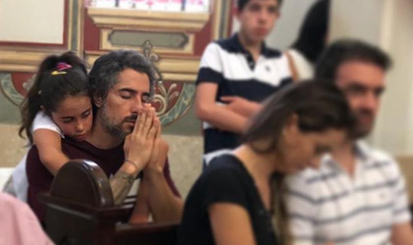 O apresentador Marcos Mion em oração na companhia de sua filha, Donatella. (Foto: Reprodução/Instagram)