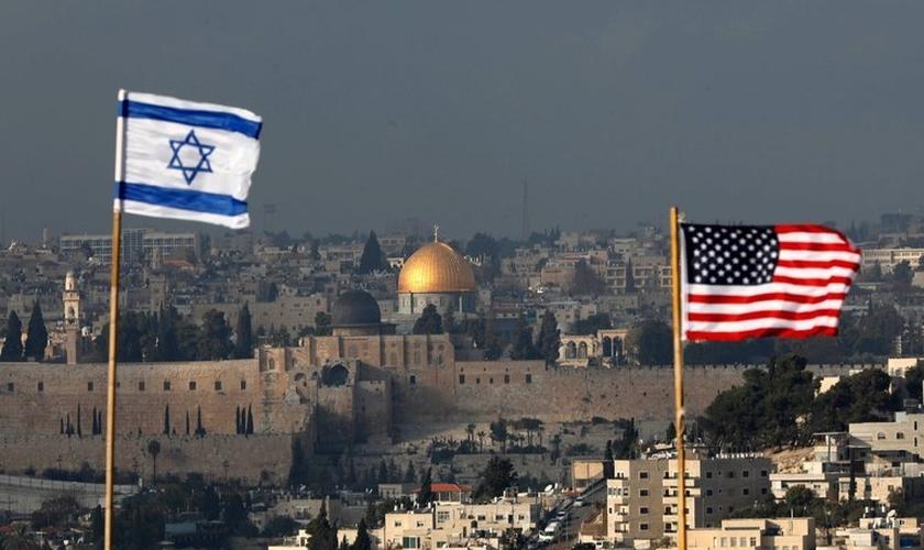 Bandeiras israelenses e americanas erguidas diante da Cúpula da Rocha, na Cidade Velha de Jerusalém. (Foto: EPA-EFE/Abir Sultan)