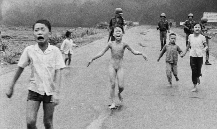 Hoje com 55 anos, Kim Phúc ficou conhecida mundialmente pela foto na qual ela é vista correndo de um bombardeio. (Foto: Reprodução).
