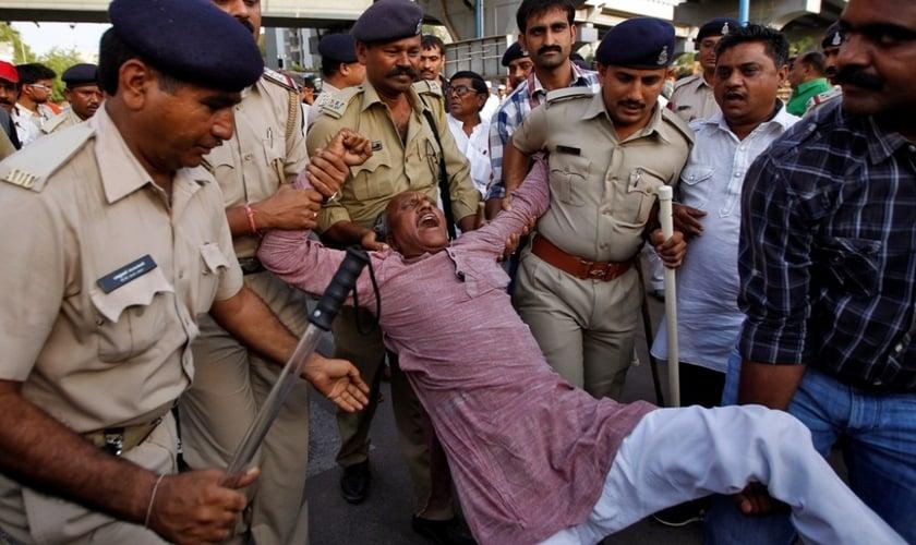 As autoridades policiais na Índia acabam se omitindo em crimes contra cristãos. (Foto: Reuters).