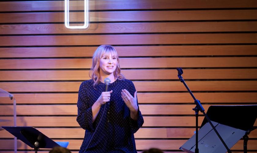 A cantora disse o que os líderes podem fazer para impedir que jovens deixem a fé. (Foto: Reprodução).