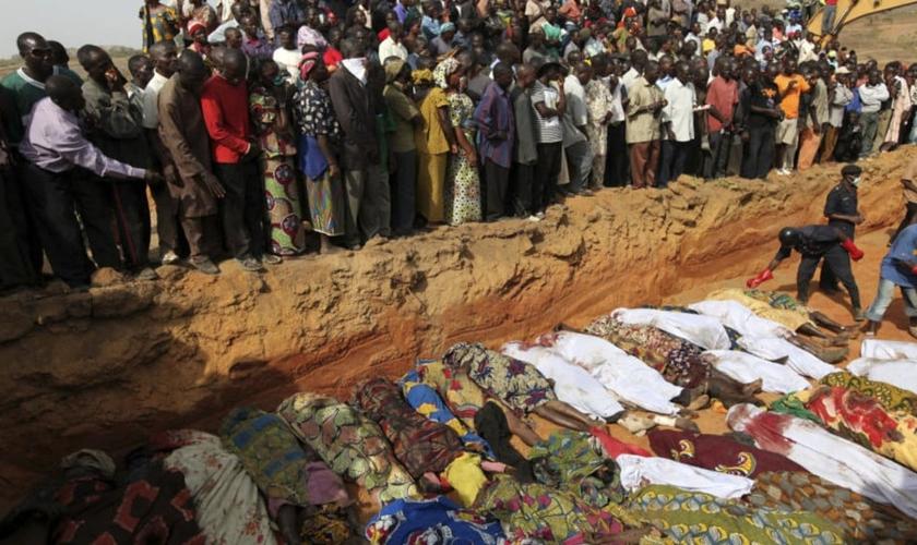 Corpos de nigerianos foram colocados em uma vala, no norte da Nigéria. (Foto: Reuters/Akintunde Akinleye)