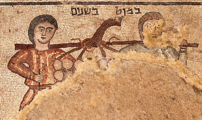O mosaico retrata dois homens carregando uma vara com um cacho de uvas. (Foto: Jim Haberman).