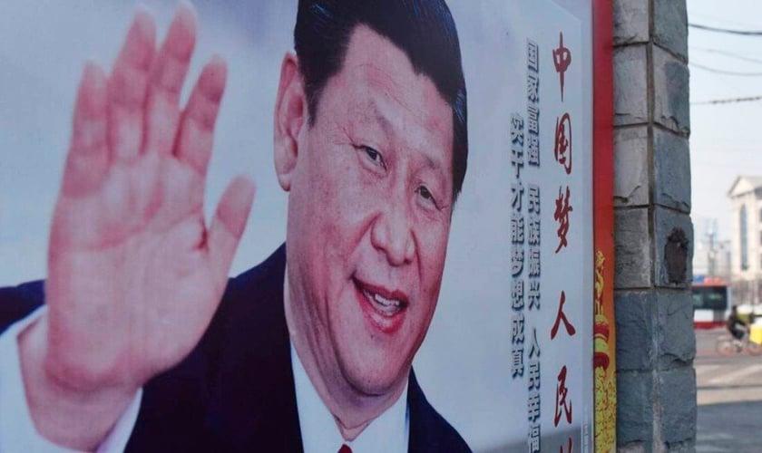 Outdoor em Pequim com a imagem de Xi Jinping, presidente e secretário-geral do Partido Comunista da China. (Foto: Greg Baker/AFP)