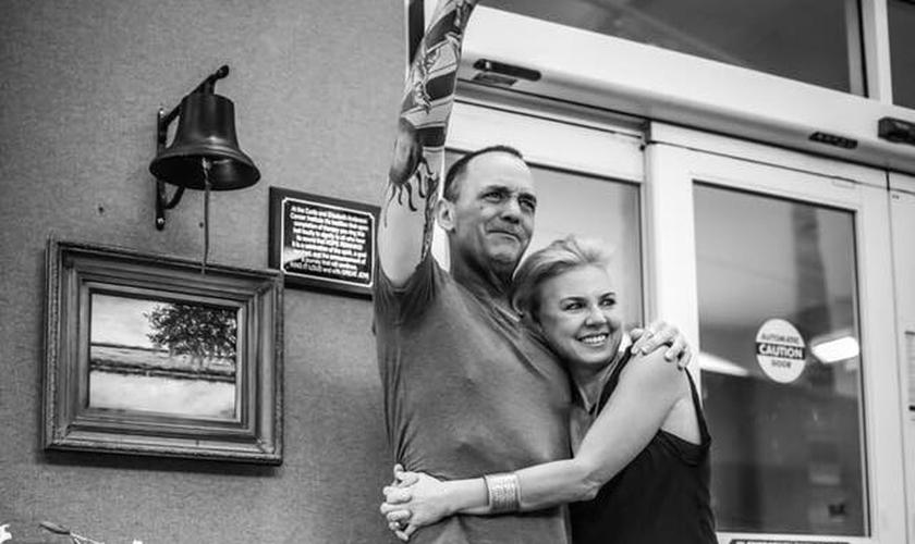 Jason Lee Jones ao lado de sua esposa, Regina, celebrando o avanço no tratamento. (Foto: Reprodução)