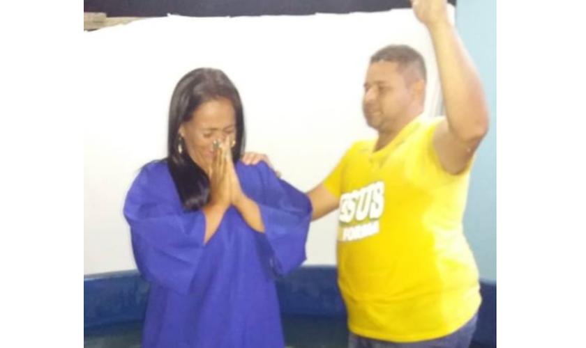 Alana foi batizada pelo pastor Ralison Endrigo. (Foto: Junta de Missões Nacionais)