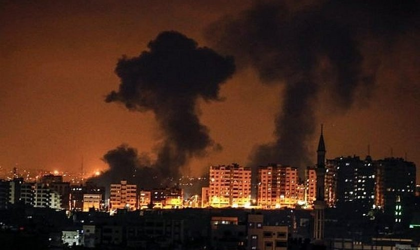Fumaça subindo após um ataque aéreo israelense na Cidade de Gaza. (Foto: AFP/Mahmud Hams)