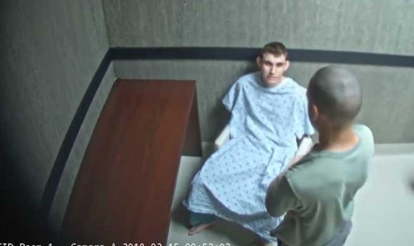 Zachary Cruz visitou seu irmão, Nikolas, que matou 17 pessoas em tiroteio na Flórida. (Foto: Reprodução)