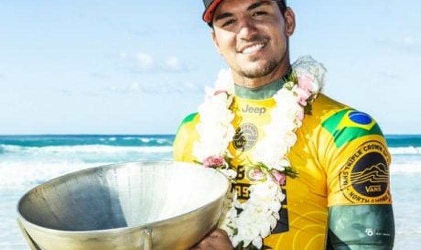 Gabriel Medina com seu troféu de bicampeão do Circuito Mundial de Surfe. (Foto: Kelly Cestari/World Surf League)