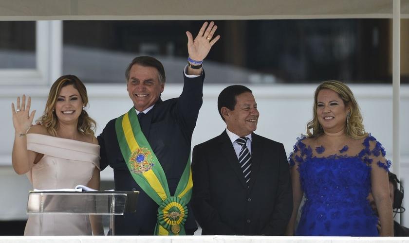 Presidente Jair Bolsonaro, saúda o público depois de receber a faixa presidencial de Michel Temer, no parlatório do Palácio do Planalto. (Foto: Marcelo Camargo/Agência Brasil)