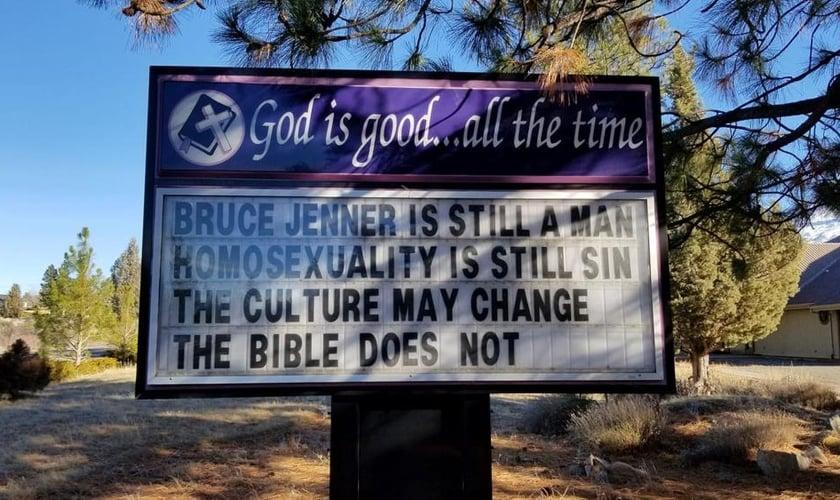 """O letreiro da placa em frente à igreja dizia: """"Bruce Jenner ainda é um homem. A homossexualidade ainda é pecado. A cultura pode mudar. A Bíblia não"""". (Foto: Reprodução/Facebook)"""