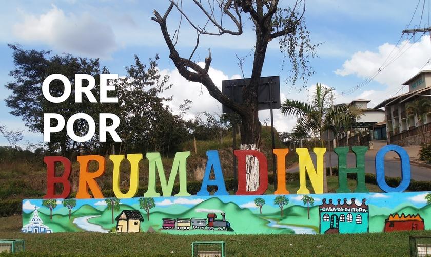 Cidade de Brumadinho ora por vítimas da maior tragédia humana provocada pelo rompimento da barragem de rejeitos da Vale. (Foto: Reprodução editada/Wikipedia)