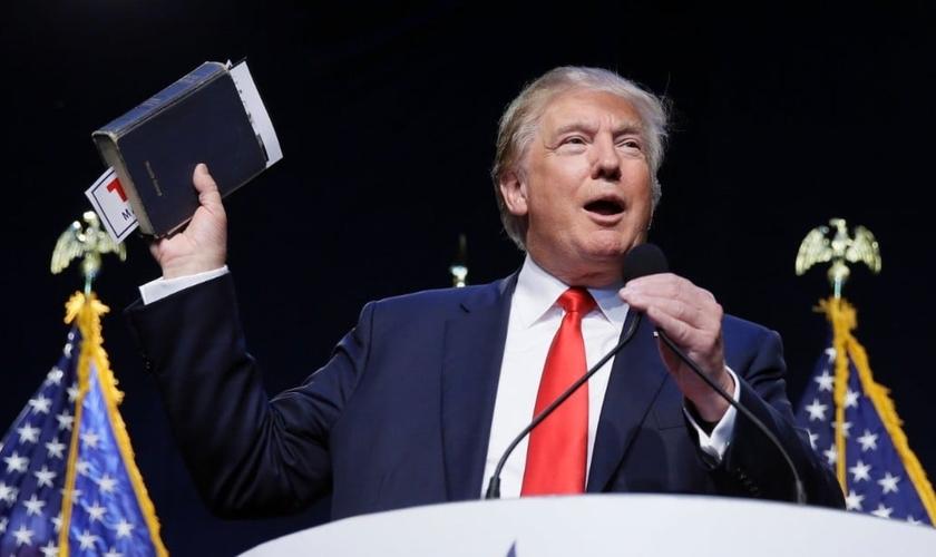 Trump segura sua própria Bíblia durante discurso, em Washington, EUA. (Foto: CNN)