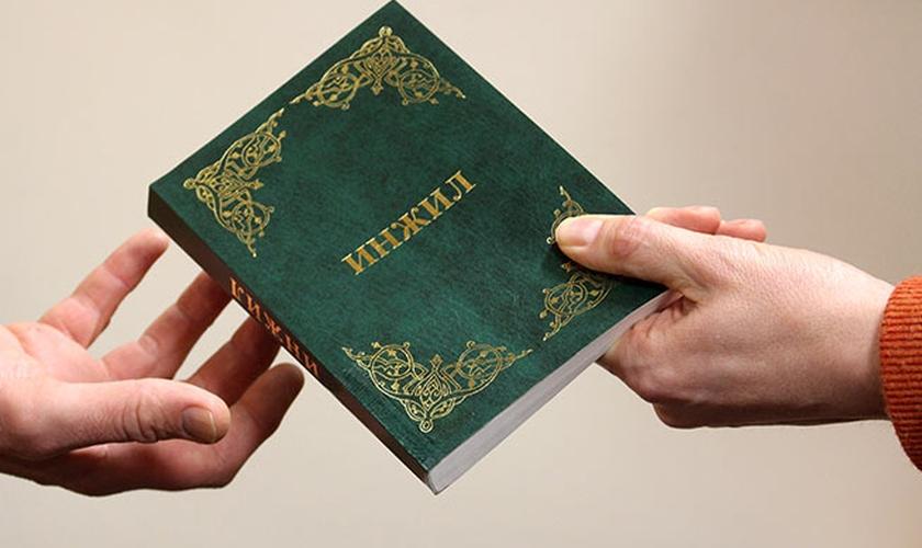 Novo Testamento traduzido em uzbeque. (Foto: Reprodução)