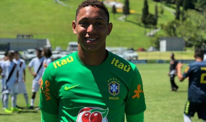 Christian Esmério com a camisa da Seleção Brasileira. (Foto: Reprodução/Instagram)