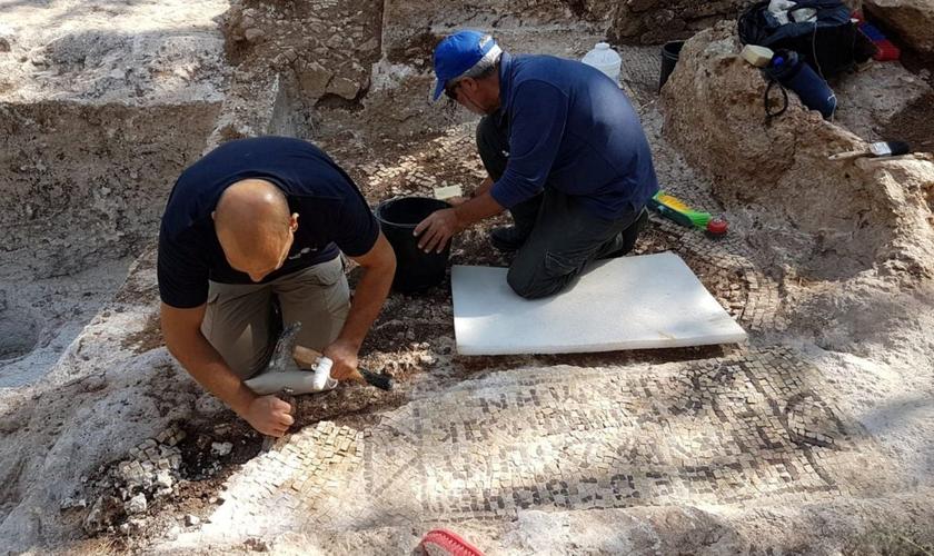 Arqueólogos encontram mosaico no lagar samaritano. (Foto: Raleb Abu Diab/Autoridade de Antiguidades de Israel)