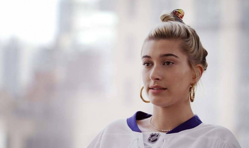 """Hailey Bieber fala sobre sua fé e propósito na indústria da moda em """"Now With Natalie"""" no canal da Hillsong. (Foto: Hillsong Channel)"""