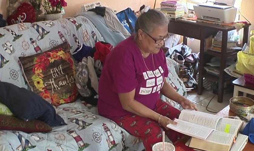 Maria Flores estava lendo a Bíblia quando sua casa foi atingida por disparos. (Foto: KSAT)
