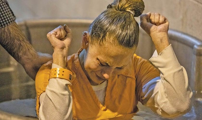 Detenta é batizada como resultado da ação da Primeira Igreja Batista em Rusk, no Texas. (Foto: Reprodução/Baptist Press)