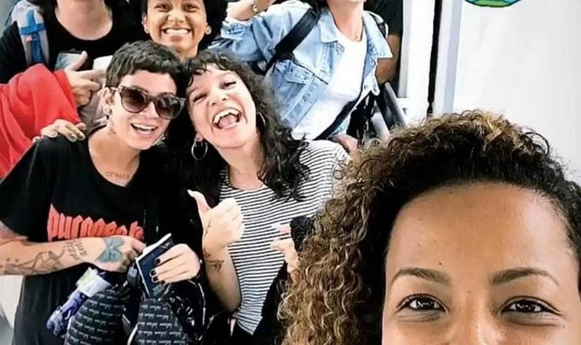 Bruna Marquezine pouco antes de embarcar com um grupo de missionários para Angola. (Foto: Reprodução/Instagram)