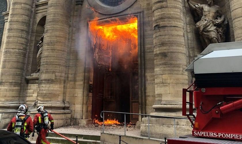 Bombeiros contêm incêndio provocado na igreja de Saint-Sulpice, em Paris. (Foto: @agneswebste/Via Reuters)