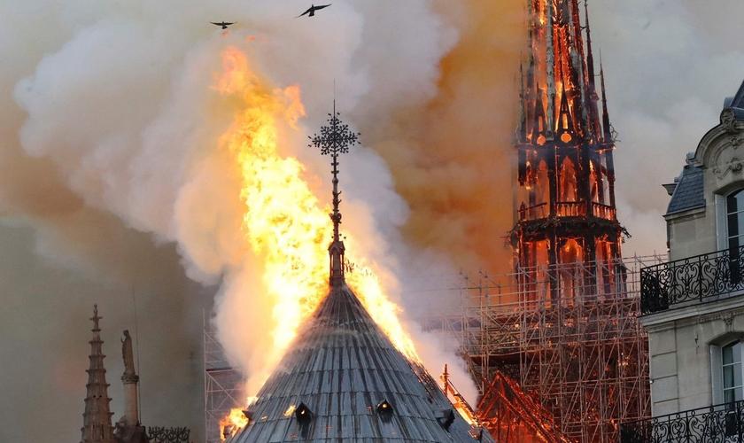 Chamas consomem a Catedral de Notre-Dame, em Paris, em 15 de abril de 2019. (Francois Guillot / AFP / Getty Images)