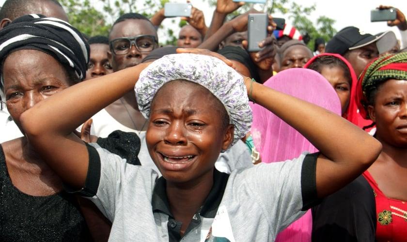 Parentes de cristãos mortos por pastores islâmicos Fulani na Nigéria choram em funeral. (Foto: Emmy Ibu/AFP/Getty Images)