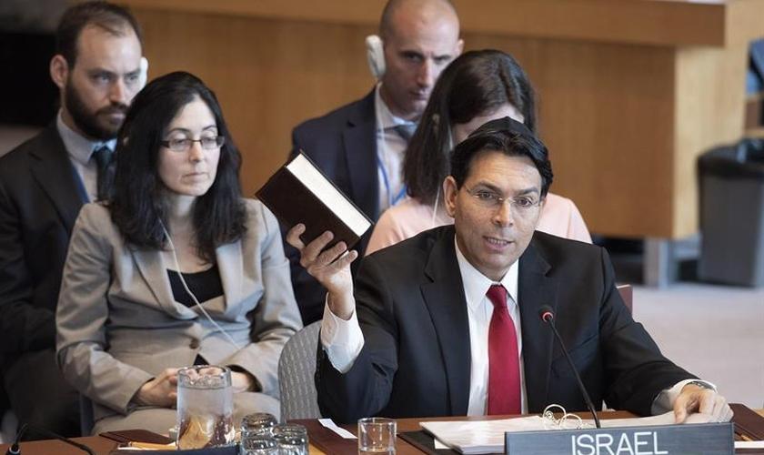 Embaixador israelense, Danny Danon, segura a Bíblia em reunião do Conselho de Segurança da ONU em Nova York. (Foto: EFE/Evan Schneider/ONU)