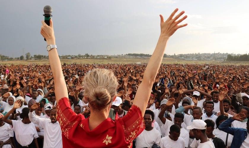 A evangelista Tamryn Klintworth é fundadora do ministério In His Name, que realiza cruzadas na África. (Foto: Reprodução/Facebook)
