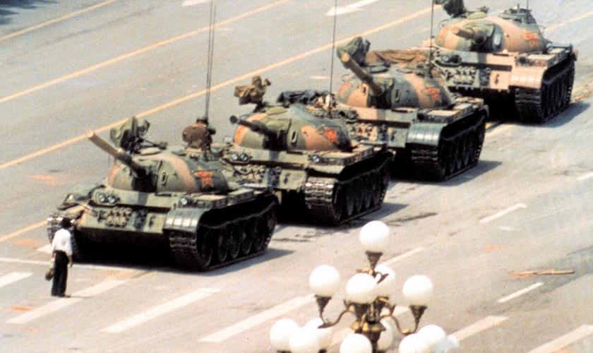 Desconhecido enfrentou uma fileira de tanques durante protestos contra o comunismo na China, em 1988. (Foto: The Guardian)