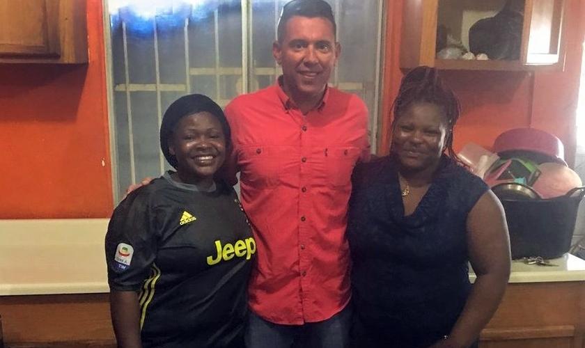 Pastor Todd Unzicker em encontro com duas irmãs cristãs na fronteira mexicana que haviam fugido da perseguição em Camarões e buscam asilo nos EUA. (Foto: Reprodução/BP News)