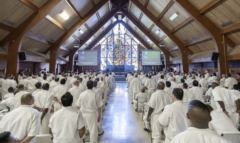 Centenas de presos se reúnem para culto da Igreja Gateway na H. H. Coffield, no Texas. (Foto: Reprodução/Igreja Gateway)