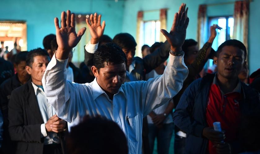 Cristãos nepaleses participam de um culto na aldeia da Lapa em Dhading, a noroeste de Katmandu. (Foto: Reprodução/AFP)